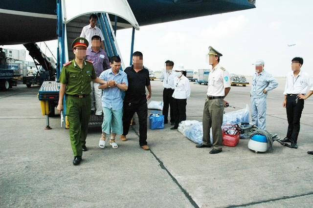 Các cán bộ Cảnh sát hình sự Hà Nội dẫn giải đối tượng trong một vụ án qua đường hàng không.
