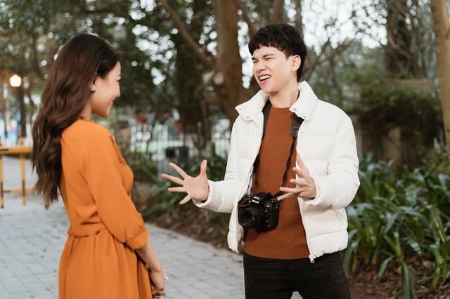 Để phù hợp với tinh thần ca khúc, Hoàng Tôn thực hiện MV lấy bối cảnh những ngày rộn ràng của Tết Nguyên đán tại Hà Nội - quê hương của anh. Chàng trai - do Hoàng Tôn thể hiện - liên tục bị bố mẹ, hàng xóm hỏi thăm chuyện tình cảm.