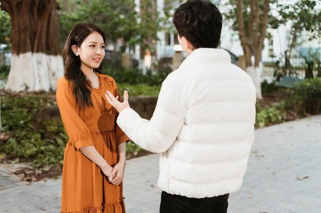 Nhưng khi đi du xuân, chàng trai vô tình gặp được một nửa của mình. Cả hai có một tình yêu đẹp và quyết định tiến đến hôn nhân.