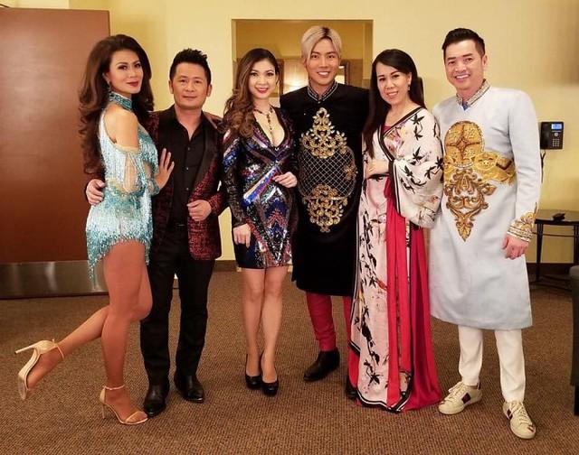 Các nghệ sĩ Như Loan, Bằng Kiều, Phạm Phương Thảo, Lưu Việt Hùng, Mai Thiên Vân, Quang Minh chụp hình kỷ niệm với nhau trong hậu trường buổi biểu diễn ở Minnesota.