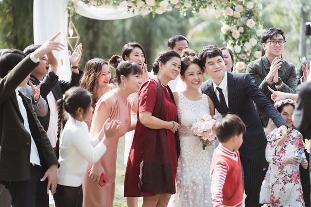 Hoàng Tôn sinh năm 1988 trong một gia đình có truyền thống nghệ thuật. Năm 2013, anh dự thi Giọng hát Việt, về đội của Mỹ Linh và đoạt ngôi Á quân. Năm 2015, Hoàng Tôn tiếp tục thi Tuyệt đỉnh tranh tài và xuất sắc giành chiến thắng chung cuộc.