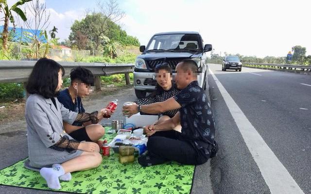 Hình ảnh cả gia đình trải bạt, ăn nhậu trên đường cao tốc Nội Bài - Lào Cai trưa 6/2.
