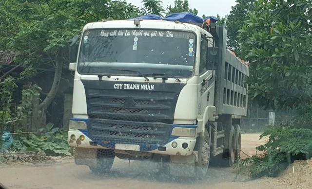 Những chiếc xe tải có trọng tải hàng chục tấn chở cao lanh từ công trình thi công dự án bãi rác thải huyện Thanh Sơn về nhà máy chế biến ở xã Giáp Lai.