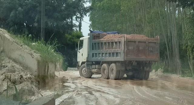 Một chiếc xe tải có logo Thanh Nhàn chở cao lanh vào cổng nhà máy chế biến khoáng sản.