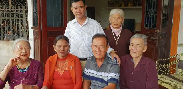 Gia đình vui mừng khi ông Dương (hàng đầu, thứ hai từ phải qua) trở về sau gần 40 năm mất tích.