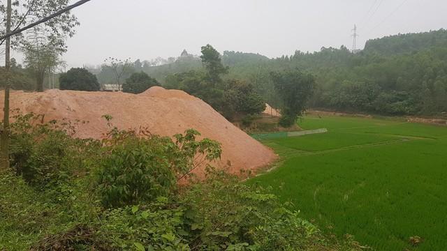 Đất thải từ công trình dự án xây dựng bãi rác thải được nhà thầu chở đổ khắp nơi không theo quy định.