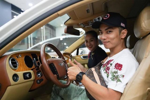 Khánh Thi hiếm khi di chuyển bằng xe máy mà toàn được ông xã Phan Hiển tháp tùng bằng ô tô