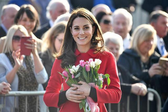 Công nương Kate xinh đẹp trong ngày đầu tiên ở Bắc Ireland.