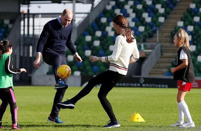 Công nương Kate kết hợp ăn ý với chồng khi đá bóng.