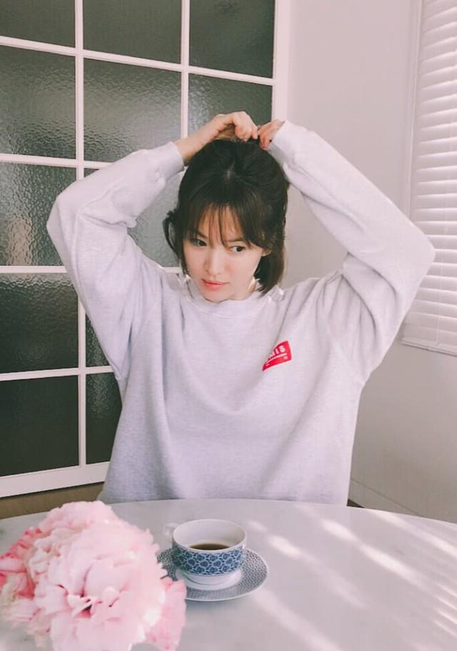 Sau khi kết hôn, cuộc sống của cặp đôi Song Joong Ki - Song Hye Kyo được công chúng vô cùng quan tâm. Ngay cả giá của những đồ dùng trong nhà cặp sao cũng được họ chia sẻ không thôi. Chiếc tách cafe có trong tấm hình này có giá 200 ngàn won (tương đương 4,2 triệu đồng), thuộc thương hiệu Hermes.