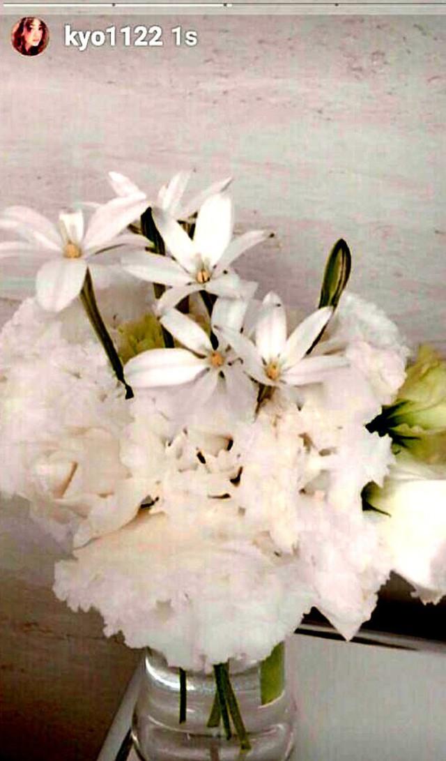 Cô nàng thường xuyên khoe những lọ hoa xinh đẹp.