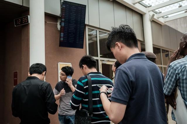 Một nhóm người Trung Quốc cho biết đồng nghiệp của họ có thể đã ở trên máy bay gặp nạn. Ảnh: AFP