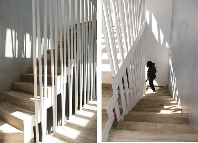 Cầu thang không chỉ là luồng giao thông trong nhà mà còn là không gian giúp người đi có cảm giác thư giãn như đi dạo. Một hệ thống lan can với sắt phi 40 được dựng lên, vừa giúp bảo vệ an toàn cho trẻ nhỏ, vừa như một điểm nhấn trang trí.