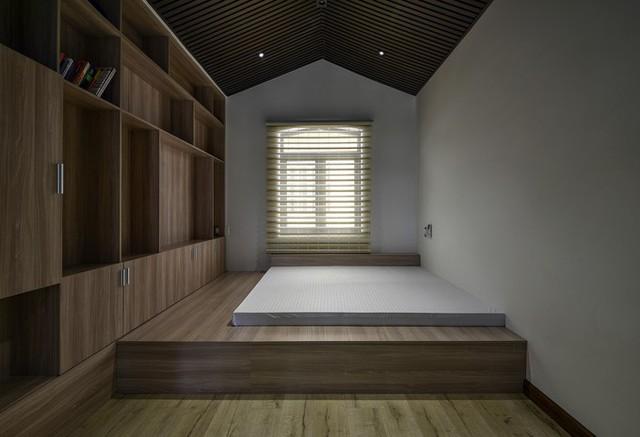 Nhà có ba phòng ngủ, tất cả các phòng ngủ đều có hai cửa sổ, đặt ở hai mặt tường đối diện nhau để luồng không khí được lưu thông dễ dàng.