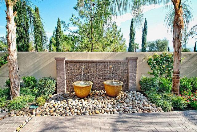 Một tính năng vòi nước được tích hợp nhẹ nhàng bằng vòi phun với đá cuội bản to tạo cảm giác nhẹ nhàng, thanh thoát.