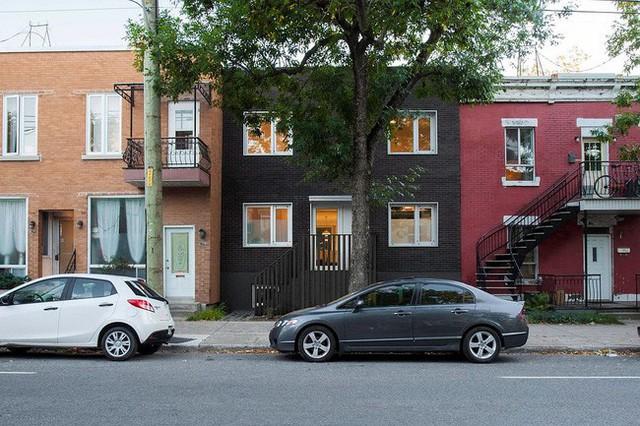 Bên ngoài ngôi nhà có thiết kế độc, lạ với phong cách Scandinavian kết hợp với cây xanh.