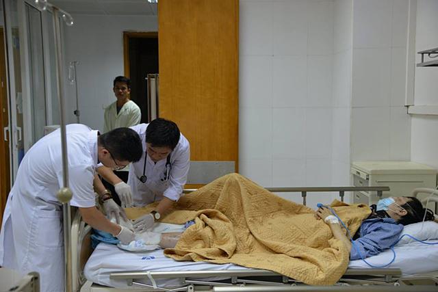 Bệnh nhân tiểu đường bị biến chứng chân được bác sĩ kiểm tra. Ảnh: T.Q.