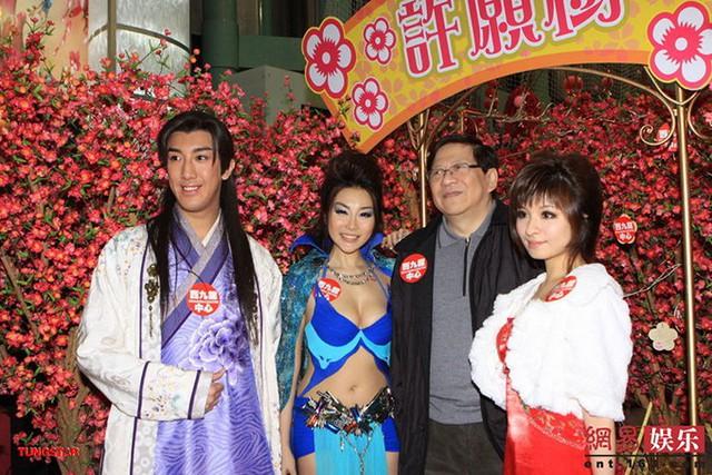 Phim cổ trang Nhục bồ đoàn (Sex and Zen) của Hong Kong từng gây tranh cãi năm 2011 vì tràn ngập cảnh sắc dục. Đạo diễn Hà Hoa Siêu khẳng định, êkíp chuẩn bị rất kỹ lưỡng các phương án bảo hộ cho diễn viên khi đóng phim. Trong đó, nam chính Hayama Hiro được thiết kế riêng một chiếc quần lót làm bằng nhựa, khi mặc lên đánh lừa thị giác như anh đang nude hoàn toàn. Sử dụng đồ bảo hộ này, Hiro chịu đau và không thể đi vệ sinh trong nhiều tiếng mỗi ngày.