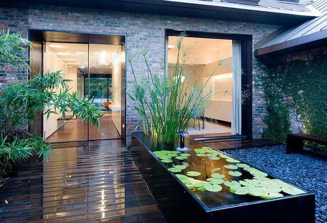 Để giảm tiếng ồn cho vòi phun nước bạn có thể trồng một số loại thực vật như sen hay súng...