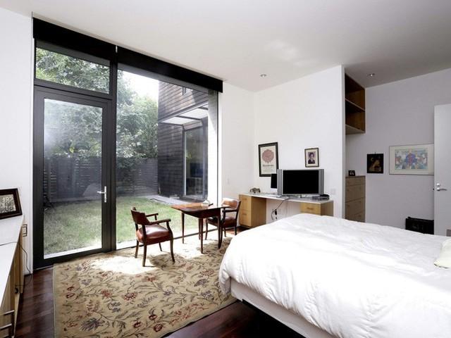 Trong khi tầng trệt được dùng làm không gian sinh hoạt chung thì tầng hai được bố trí thành các phòng ngủ dành cho các thành viên trong gia đình.