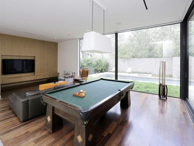 Một phòng vui chơi với bàn chơi bida, máy chơi game… với cái nhìn ra hồ bơi vô cùng đẹp mắt.
