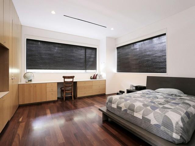 Thêm một phòng ngủ dành cho hai vợ chồng được đặt tại tầng hai với không gian riêng tư thoải mái.