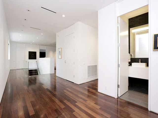 Các hành lang dài bằng gỗ được rải dọc chạy quanh các phòng ngủ tạo sự ấm áp, gần gũi.