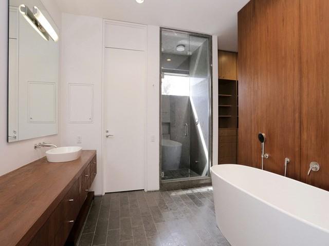 Ở thiết kế phòng tắm này lại khác biệt hơn khi có một bồn tắm lớn để ngâm và các nội thất trang trí khá đơn giản.