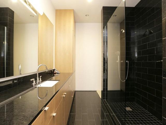 Thêm một nhà tắm khác được sử dụng gạch men đen tuyền huyền bí tạo sự quyến rũ và bí ẩn.