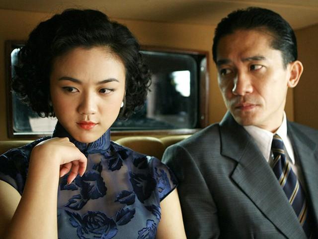 Quần nhựa màu nude cũng là đồ bảo hộ được lựa chọn cho cảnh ân ái giữa tài tử Lương Triều Vỹ và cô đào Thang Duy trong phim Sắc, giới.