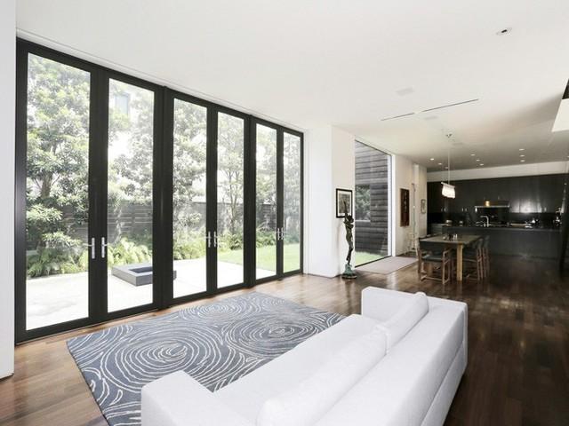 Thảm trải sàn có hình hoa văn độc đáo kết hợp với các cánh cửa được làm từ gỗ tối màu đem lại sự tương phản cao cho không gian.