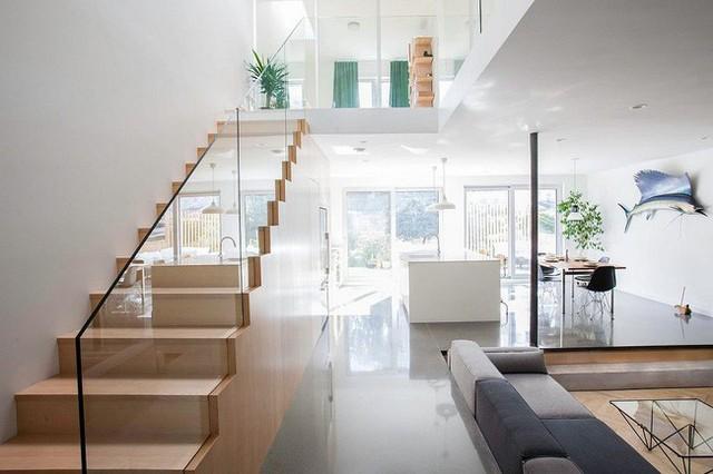 Theo phong cách Scandinavian thì ngôi nhà luôn phải được sử dụng nhiều cửa sổ bằng kính để tạo độ thoáng đãng và đón ánh sáng tự nhiên vào nhà.