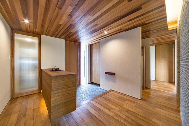 Chất liệu gỗ tự nhiên được các gia đình châu Á sử dụng rất nhiều trong thiết kế nội thất và không gian sống, trong đó, lối vào nhà cũng không phải là một trường hợp ngoại lệ.