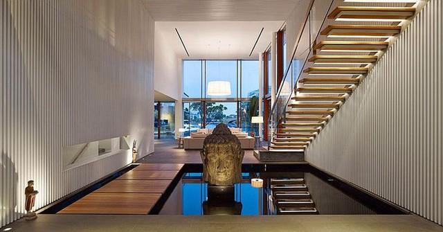 Tính năng vòi phun nước được đặt dưới cầu thang cho nội thất trong nhà cảm giác yên tĩnh và hấp dẫn.