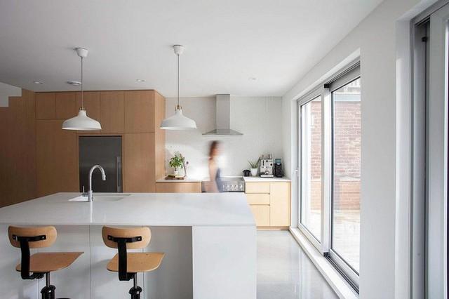 Sơn tường trắng và các đồ nội thất được làm từ gỗ là hai chi tiết đắt giá nhất được lựa chọn để xuyên suốt cho tất cả các không gian trong nhà.