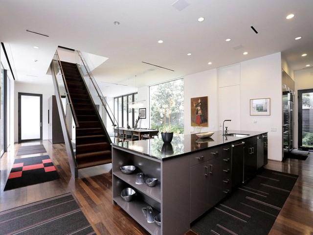 Nó góp phần trở thành tường ngăn cách không gian cũng làm thêm chức năng dẫn đường tiến vào phòng bếp.