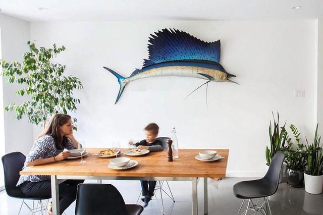 Không gian ăn uống không tránh khỏi điều này, thêm một chú cá vượt cỡ lớn giúp bàn ăn trở nên sinh động hơn. Tại đây chúng ta đã bắt đầu thấy xuất hiện các cây xanh.