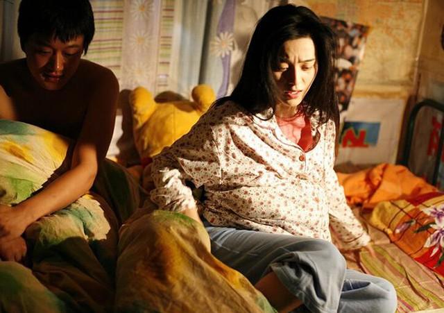 Với cảnh nóng trong phim Táo, Đồng Đại Vi (trái) hy sinh thân mình, để lộ mông trước máy quay nhằm che chắn cho cơ thể của bạn diễn Phạm Băng Băng.