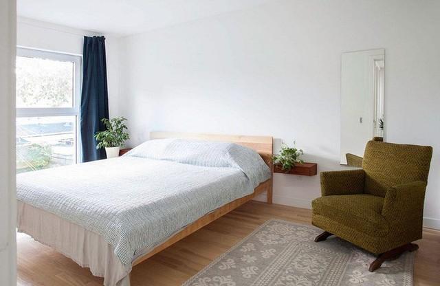 Từ đó, các chậu cây xanh nhỏ lần lượt công phá và có mặt ở các không gian riêng tư khác. Ở đây là phòng ngủ và hai chậy cây nhỏ được đặt ngay đầu giường để tạo sự dễ chịu cho chủ nhân ngôi nhà.