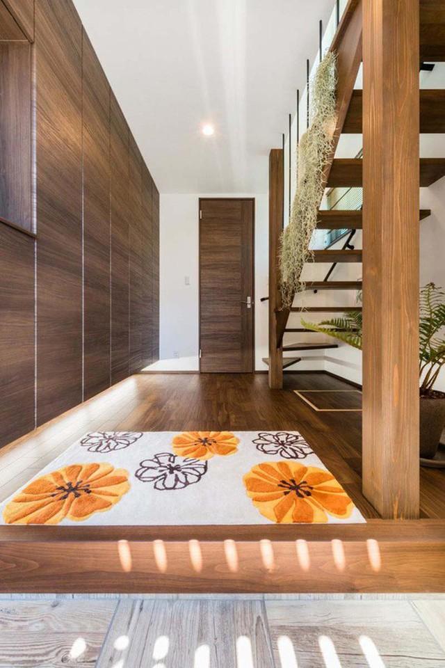 Vẻ đẹp của lối vào nhà được tạo nên từ việc đồng điệu trong cách lựa chọn nguyên liệu gỗ tự nhiên.
