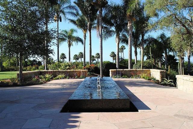 Với ngôi nhà theo phong cách hiện đại thì một bể tràn kết hợp vòi phun nước tầm trung là một thiết kế rất phù hợp.