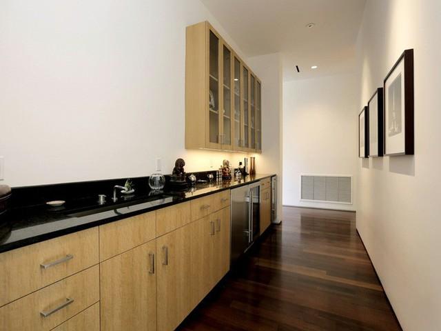 Bên cạnh nhà bếp phía trên thì có thêm một không gian bếp nhỏ nữa để chế biến các món ăn và lưu trữ rượu. Thậm chí có cả một bồn rửa chén để phục vụ những ngày gia đình tổ chức tiệc tùng.