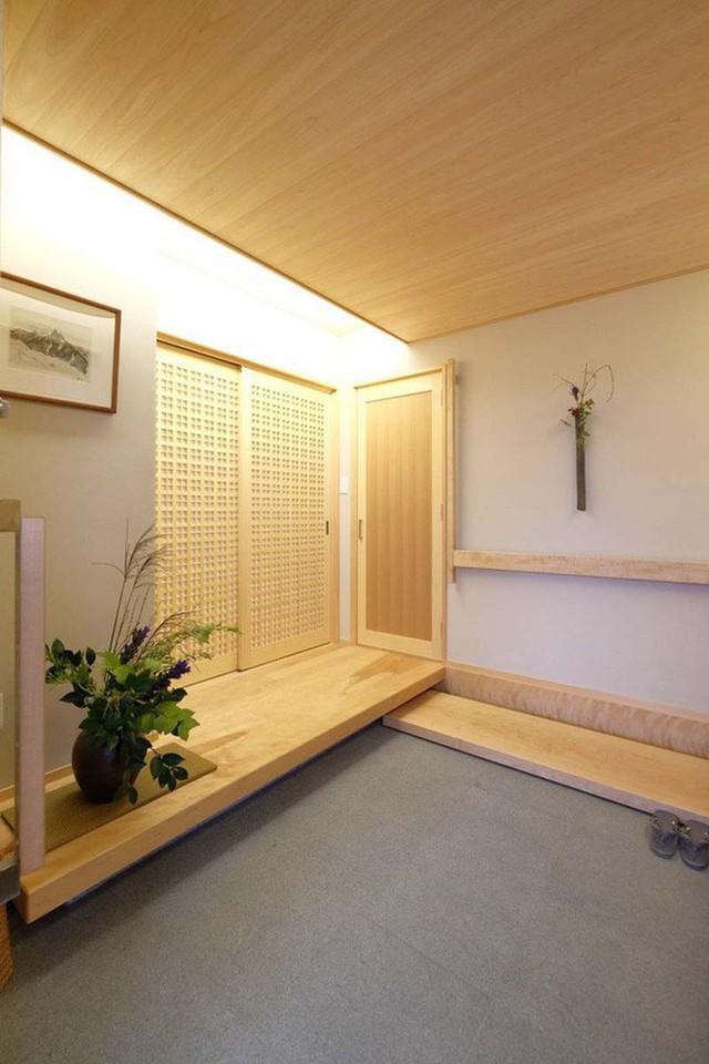Nhẹ nhàng, bình yên, lối vào nhà khiến người ta cảm nhận được phần nào hơi ấm gia đình trong đó.
