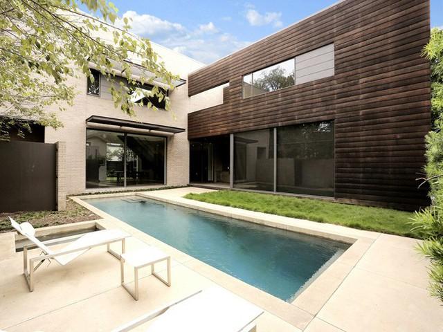 Một hồ bơi cỡ trung bình được đặt ở ngoài trời. Với ghế nằm thư giãn và bãi cỏ xanh mướt chắc chắn sẽ đem lại sự thoải mái cho gia đình.
