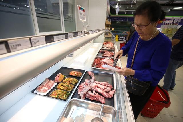 Người dân có xu hướng sử dụng thịt lợn tại các trung tâm thương mại, siêu thị nhiều hơn. Ảnh: Mộc Trà