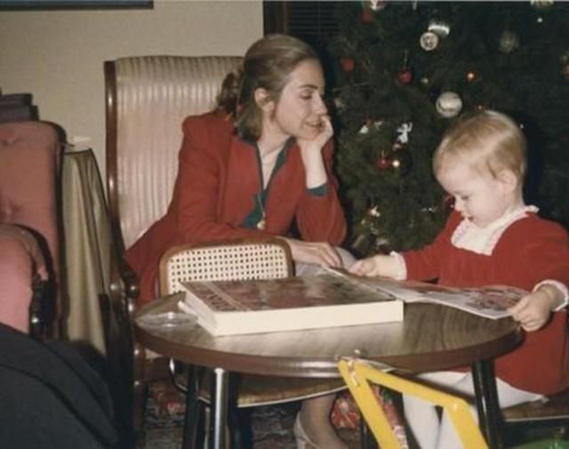 Bà Clinton đọc sách cùng con khi còn trẻ.