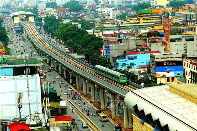 Tàu Cát Linh - Hà Đông chạy qua đường Nguyễn Trãi. Ảnh: Huy Hùng/TTXVN
