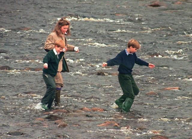 Bảo mẫu Tiggy đưa hai anh em William, Harry đi chơi ngoài trời khi còn nhỏ. Ảnh: UK Press.
