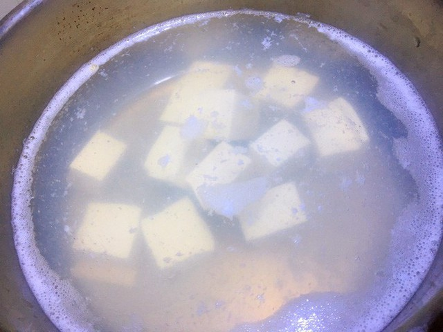 Khi nồi canh sôi lại thì thả ngao vào rồi thêm muối, nượu nấu ăn và chút hạt nêm.