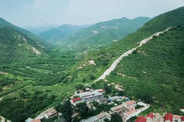 Ngôi nhà nằm ở vị trí cao nhất của ngôi làng trên sườn núi.